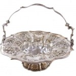 AN EARLY 19TH CENTURY IRISH SILVER SWING HANDLE FRUIT BASKET Dublin 1825, mark of W Nowlan (1,000-1,500).