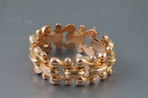 An 18 carat gold retro bracelet (1,800-2,400).