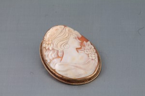 A 9 carat gold cameo brooch (150-200).