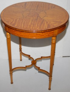 A Regency style satinwood occasional table (500-600).