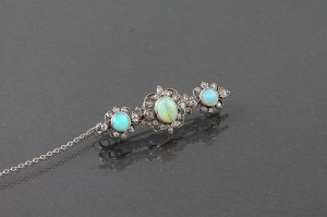 AN ANTIQUE DIAMOND AND OPAL BROOCH (1,650-1,850).