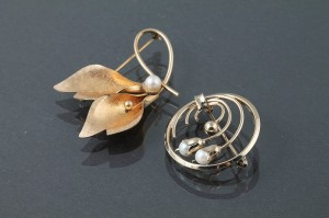 TWO VINTAGE GOLD BROOCHES, set with pearls, signed Winard (80 - 120)