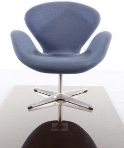 ONE OF A PAIR OF SWAN CHAIRS, BY ARNE JACOBSEN FOR FRITZ HANSEN (1,500-2,500).