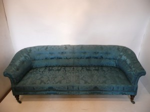 A Victorian settee (400-600).