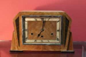 An Art Deco mantle clock (100-200).
