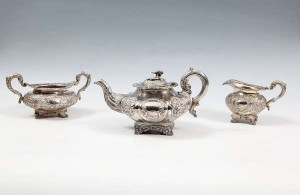 A matched Irish silver three piece tea set, the teapot Dublin 1814 (800-1,200).