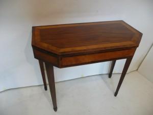 A Georgian satinwood banded Irish side table (300-500).