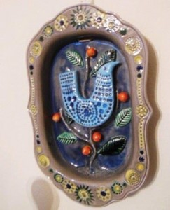 John ffrench wall charger with blue bird motif (100-150).