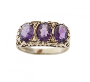 An amethyst three stone ring and bar brooch (300-500).