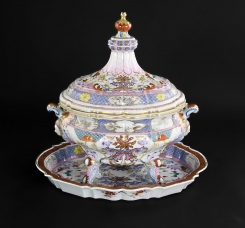 AN ELABORATE FAMILLE ROSE TUREEN, QIANLONG C1740 AT COHEN AND COHEN.