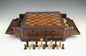AN EDWARDIAN WALNUT MARQUETRY TABLE-TOP CHESS BOARD (250-300)