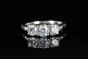 A DIAMOND THREE STONE RING (1,500-3,000)