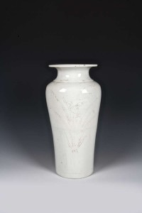 A Chinese blanc de chine vase, Dehua c1700 is estimated at 1,500-2,000.