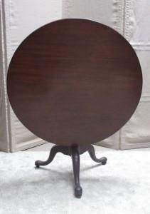 A Georgian circular tip up table (300-400).