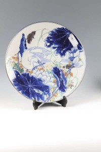 A JAPANESE PORCELAIN CHARGER (200-300)