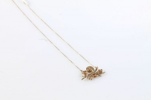 A nine carat gold pendant modelled as a snail on a gold chain (40-60).