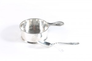 An Edwardian silver christening bowl and spoon,  Birmingham, 1909 (240-280).