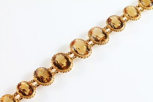 An antique citrine bracelet (1,000-1,400)