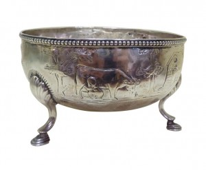 An 18th century Irish silver sugar bowl (800-1,200).