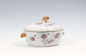 An 18th century Chinese Export porcelain soup tureen (500-700)