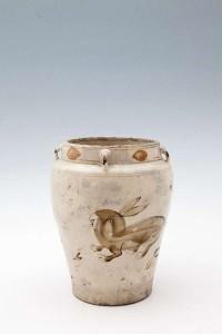 A 16TH CENTURY JAPANESE SHINO WARE GLAZED POTTERY VASE (1,500-2,500).