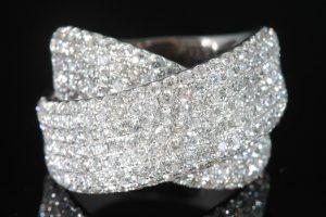 An 18 carat white gold diamond cross over ring  (2,500-2,800)