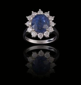 A SAPPHIRE AND DIAMOND CLUSTER RING (22,000-26,000)